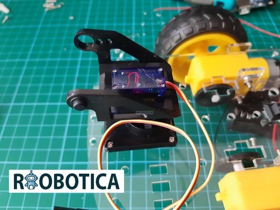 Servomotor montado en el coche robot 2wd